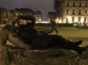 Playing with statues in Paris